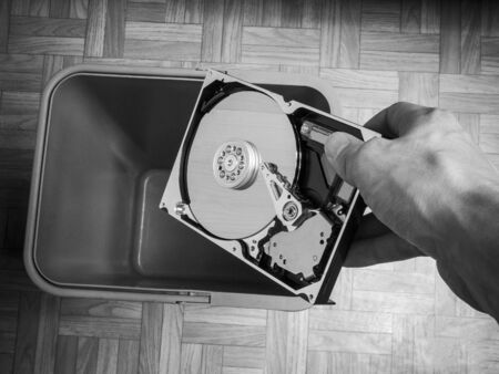 jeter un disque dur d'ordinateur, le concept d'obsolescence des composants informatiques, l'évolution de la technologie informatique