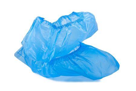 Cubrezapatos azul desechables para visitas al hospital aislado sobre fondo blanco.