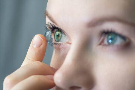 fille portant des lentilles de contact souples macro close-up