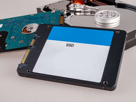 different types of computer drives, hard disk drives and SSD drives of different generations, data transfer, read and write speed Imagens