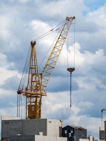 Construction crane for lifting and mounting panels, blocks in the construction of residential buildings, high-rises, skyscrapers 免版税图像