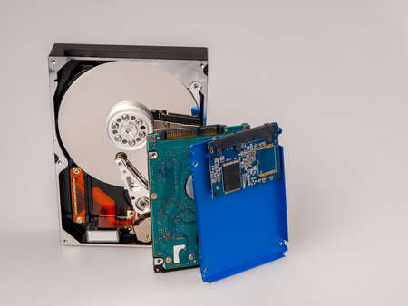 different types of computer drives, hard disk drives and SSD drives of different generations, data transfer, read and write speed 免版税图像