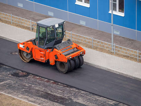 roller for leveling asphalt when laying the roadbed, road repairs, asphalting tracks, modern equipment for road repairs 免版税图像