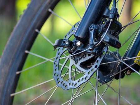 high-speed bicycle disc brake system, perforated disc and caliper, mtb, close-up, mountain bike brake efficiency 免版税图像