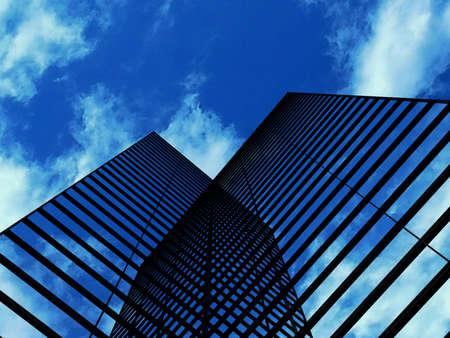 Wolkenkrabbers met wolken reflectie