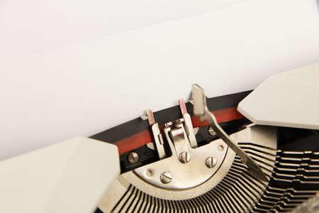 De schrijfmachine met een leeg schoon vel papier