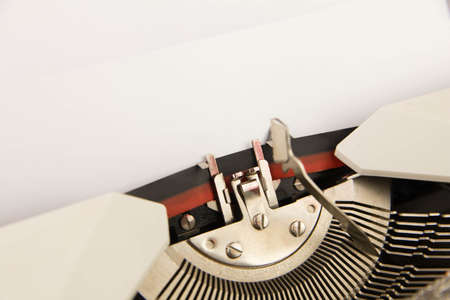 The typewriter with an empty clean sheet of paper Imagens