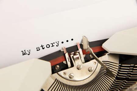 De schrijfmachine met een leeg wit blad