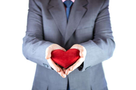 bondad: El hombre tiene corazón rojo en la mano