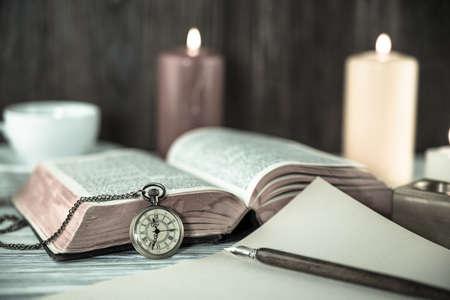Kerze und Bibel auf Holz Hintergrund Standard-Bild