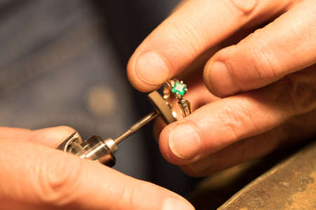 Jeweler polishes the ring Banque d'images