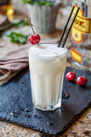 Белый коктейль из джина с вишней Фото со стока - 45568157