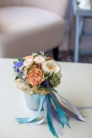 リボン付きバケツの花の花束 写真素材