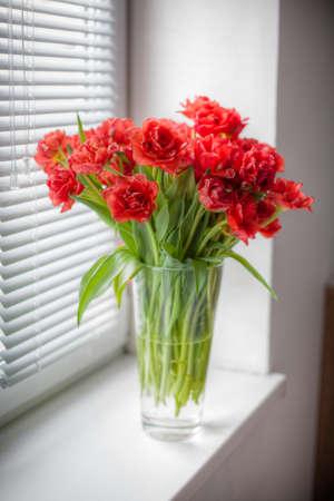 ガラス花瓶の赤いチューリップの花束