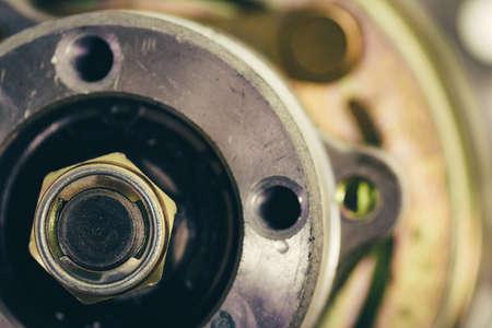ナットクランプシャフトはロッド上にあります。ヴィンテージメカニズム。レトロなデバイス。 写真素材