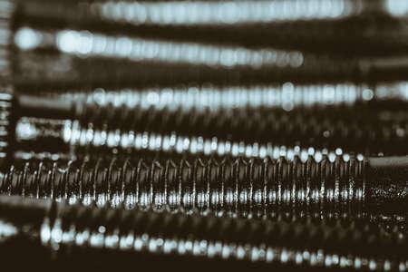 Monochromer Hintergrund von Automobilbolzen schließen.
