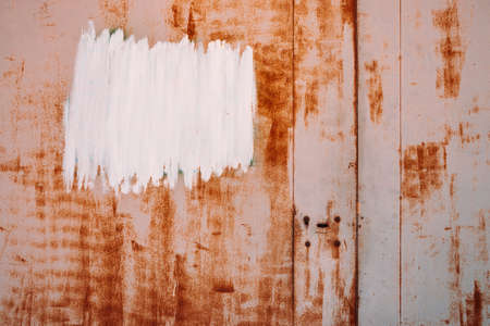 Rust metal surface. Partly rusty background. Rough oxide plate close-up. White painted spot. Copy space, mock up. Hard decay texture. Oxidation of steel. Partially rusted metal panel. Peeling paint. Standard-Bild - 124054516