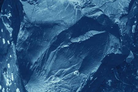 Uitstekende blauwe achtergrond. Ruw geschilderde muur van saffierkleur. Onvolmaakt vliegtuig van blauw gekleurd. Ongelijke oude decoratieve getinte achtergrond van cyaan tint. Textuur van saffier tint. Sier steenachtig oppervlak.