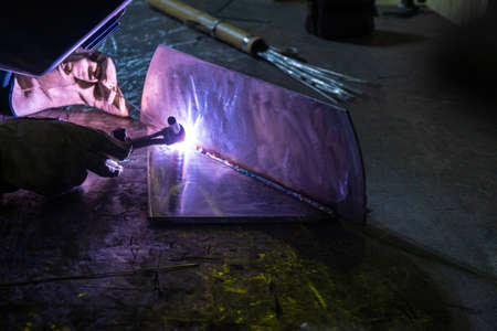 Welding of stainless steel by electric arc welding in argon shielding gas. TIG welding. Banque d'images