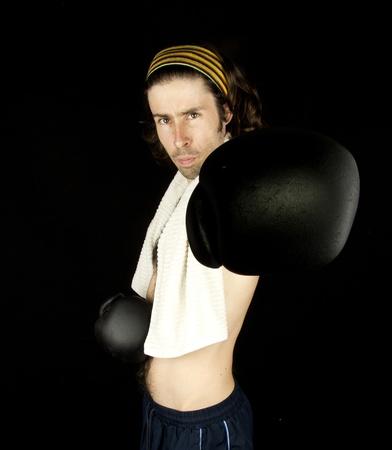 hombre flaco: un hombre peque�o y delgado que hace boxeo