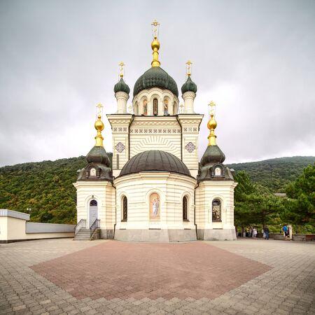Vista de cerca de la iglesia de Foros en Crimea. Tiempo nublado y casi nadie cerca del edificio.