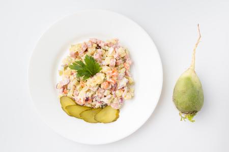 Olivier Salade Met Cornichons Op Een Witte Achtergrond