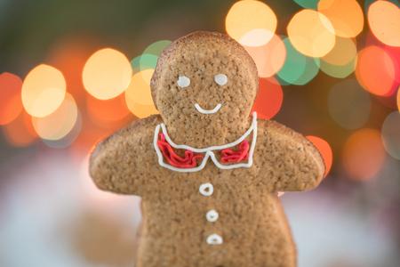 Beautiful Christmas background with gingerbread men. Merry Christmas Beautiful bokeh of glowing lights garlands. Фото со стока
