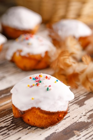 Delicious cupcakes with sugar icing on a wooden background. Imagens
