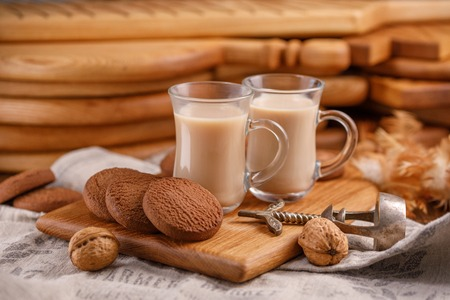 Tea is in English. Delicious and healthy breakfast. Tea with milk and oatmeal cookies. Close-up. Archivio Fotografico