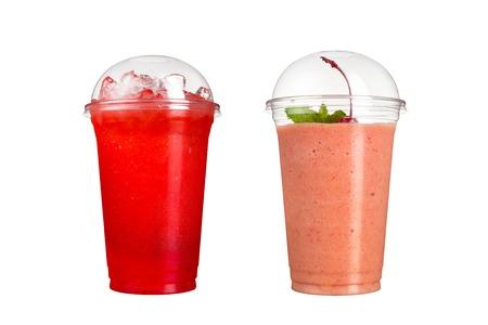 Deliciosos batidos de frutas en vasos de plástico, sobre un fondo blanco. Dos cócteles con sabor a frutos del bosque y con sabor a cereza. Aislado
