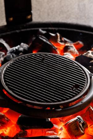 热空木炭烧烤烧烤与明亮的火焰在户外烧烤。的概念。关闭了。