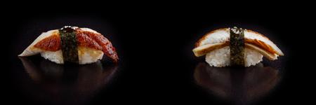 Rollo de sushi clásico. Sushi en fondo negro Sushi de mariscos japonés, sushi un fondo negro. Bandera Foto de archivo