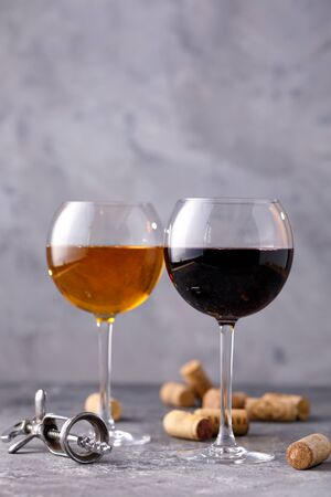 Glasses of white and red wine. The concept of winemaking. Place under your text. Still life on a textural background. Close-up. 免版税图像