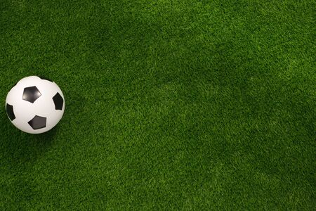 Soccer ball on the green field. View from above. flat lay The concept of football matches. Banque d'images - 134724625