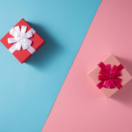 Valentines Day celebration concept. A nice gift for your loved one. Boxes with bows on delicate blue and pink backgrounds. Copy space. Flat lay. 版權商用圖片