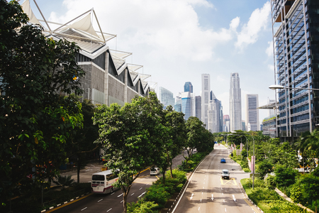 미래의 녹색 도시. 미래의 도시. 도시와 자연의 조화. 큰 도시에서 화창한 날. 스톡 콘텐츠