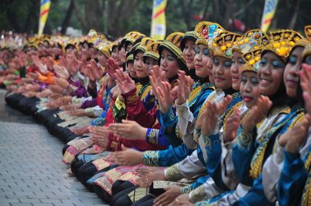 taman: Ratoh Jaroe Saman dancers perform in Taman Mini Indonesia Indah (TMII) Jakarta, Indonesia, Sunday, April 19th, 2015. Saman Dance is a traditional dance of the Province of Nanggroe Aceh Darussalam, Indonesia.