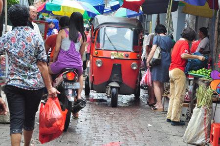 rikscha: Jakarta, Indonesien - 26. Februar 2014: Die jakarta dreirädriges Fahrzeug Bajaj wurde auf einer schmalen Straße vorbei, Chinatown, Glodok - Jakarta Editorial
