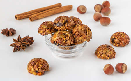 Homemade energy and healthy sweets made from cereals, dried nuts, seeds, dried fruits and honey. Cereal crunchy sweet snacks. Homemade useful candies. Raw and vegan sweets. Stockfoto