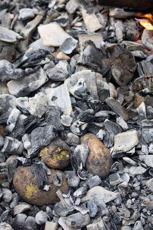 pomme de terre crue cuite au charbon de bois chaud, personne Banque d'images