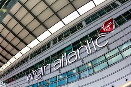 LONDRES, Reino Unido, 18 de Octubre 2016: Diseño de la sala en la terminal del aeropuerto de Heathrow - La aerolínea Virgin Atlantic