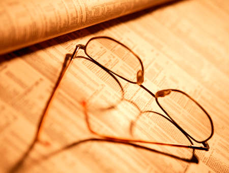 SPECTACLES ON FINANCIAL PAPER IN CLOSE UP Foto de archivo