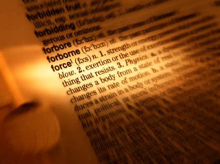 Cerca de la página de diccionario que muestra la definición de la palabra fuerza