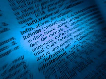 Gros plan sur la page du dictionnaire montrant la définition du mot infini Banque d'images