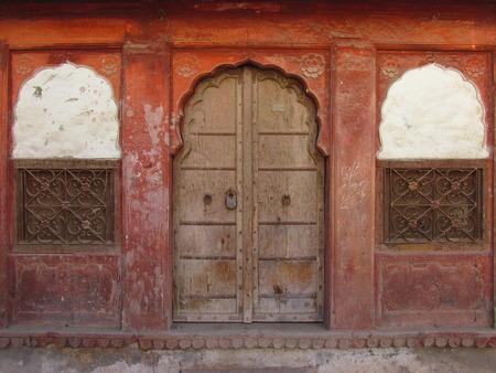 Portes et fenêtres indiennes. Façade de maison. Banque d'images