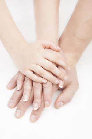 family one: tre mani collegati tra loro messi in pila uno sopra l'altro su bianco
