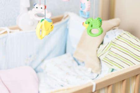 hanging around: infantil cuna con juguetes que cuelgan alrededor de Foto de archivo