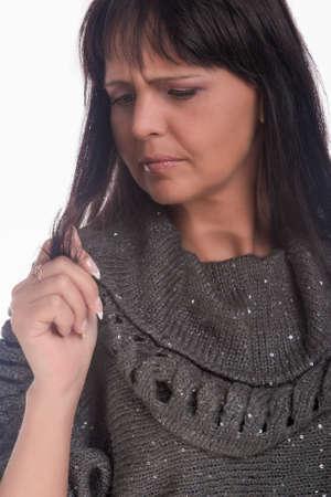 tratamiento capilar: Mujer en necesidad de tratamiento de pelo profesional aislada vertical de la imagen