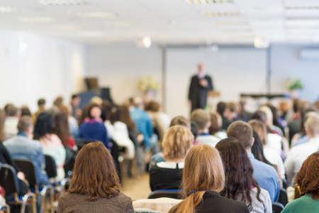 PARLANTE: La gente en la Conferencia Escuchando el Profesor. Vista Trasera. Horizontal Composición de imagen Foto de archivo