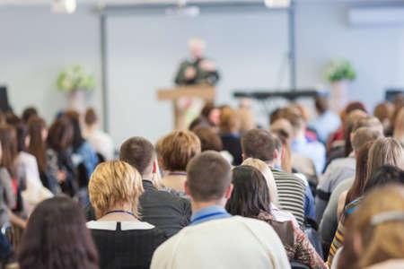 espalda: La gente en la Conferencia. Vista Trasera. Imagen Horizontal